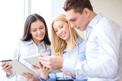 Commercieel team die met tabletpcs werken in bureau Royalty-vrije Stock Afbeeldingen