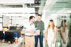 Commercieel team die nieuwe plannen bespreken stock afbeelding