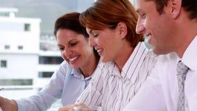 Commercieel team die op een vergadering met laptop samenwerken stock videobeelden