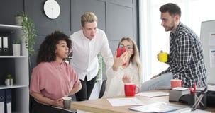 Commercieel team die op sociale media inhoud op telefoon letten stock videobeelden