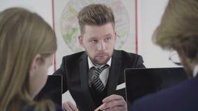 Commercieel team die op in zolderkantoor werken Groep collega's die startidee?n bespreken werkplaats Bureauruimte stock video
