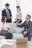 Commercieel team die over het werk spreken Stock Afbeeldingen
