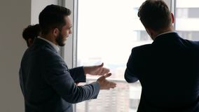 Commercieel team die over project met partner spreken stock videobeelden