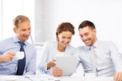 Commercieel team die pret met tabletpc hebben in bureau Stock Fotografie