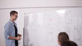 Commercieel team die project of idee bespreken Het gaan liggen, stafmedewerker, startconcept Twee vrouwen die bij bureau en de me stock videobeelden