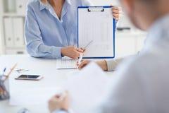 Commercieel team die rapport bespreken op kantoor royalty-vrije stock afbeelding