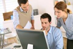 Commercieel team die samen met computer werken stock foto's
