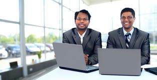 Commercieel team die tussen verschillende rassen bij laptop werken royalty-vrije stock afbeeldingen