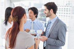 Commercieel team die van sommige dranken genieten Royalty-vrije Stock Afbeeldingen
