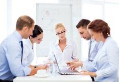 Commercieel team die vergadering in bureau hebben Stock Afbeeldingen
