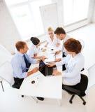 Commercieel team die vergadering in bureau hebben Royalty-vrije Stock Foto's