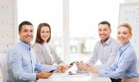 Commercieel team die vergadering in bureau hebben Royalty-vrije Stock Afbeeldingen