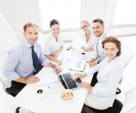 Commercieel team die vergadering in bureau hebben Stock Fotografie
