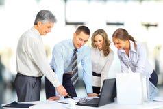 Commercieel team die vergadering in bureau hebben Stock Afbeelding