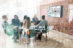 Commercieel team die videoconferentie hebben stock foto's