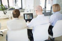 Commercieel team die videoconferentie hebben op kantoor royalty-vrije stock afbeeldingen