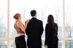 Commercieel team in een bureaugebouw Royalty-vrije Stock Foto's