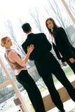 Commercieel team in een bureaugebouw Stock Foto's