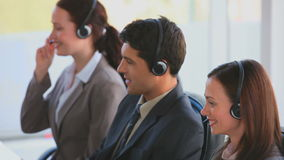 Commercieel team in een call centre stock footage