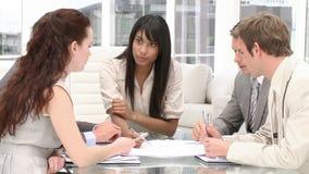 Commercieel team in een vergadering stock video