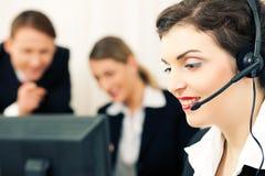 Commercieel team met computer en hoofdtelefoon Stock Foto