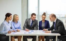 Commercieel team met documenten die bespreking hebben Royalty-vrije Stock Foto