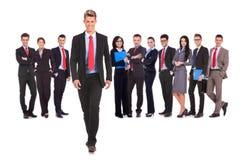 Commercieel team met een bedrijfsmens die vooruit lopen royalty-vrije stock afbeeldingen