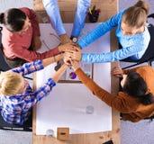 Commercieel team met handen samen - groepswerkconcepten Royalty-vrije Stock Afbeeldingen