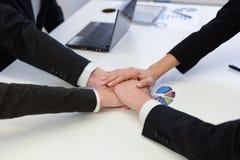 Commercieel team met hun handen samen Stock Foto's