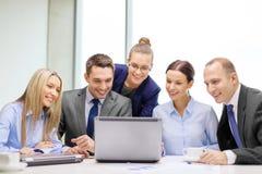 Commercieel team met laptop die bespreking hebben Stock Foto's