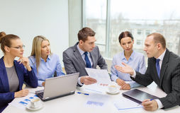 Commercieel team met laptop die bespreking hebben Stock Fotografie