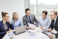 Commercieel team met laptop die bespreking hebben Royalty-vrije Stock Afbeeldingen