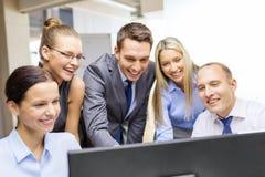 Commercieel team met monitor die bespreking hebben Royalty-vrije Stock Foto