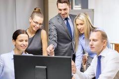 Commercieel team met monitor die bespreking hebben Royalty-vrije Stock Fotografie