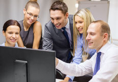 Commercieel team met monitor die bespreking heeft Stock Foto