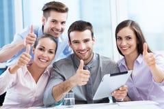 Commercieel team met omhoog duimen Stock Foto's