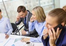 Commercieel team met smartphones die gesprek hebben Stock Foto's