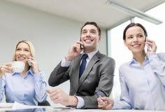 Commercieel team met smartphones die gesprek hebben royalty-vrije stock afbeelding