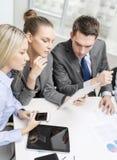Commercieel team met tabletpc die bespreking hebben Royalty-vrije Stock Afbeeldingen