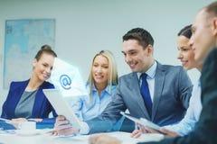 Commercieel team met tabletpc die bespreking hebben Stock Foto's