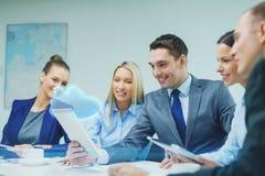 Commercieel team met tabletpc die bespreking hebben Stock Afbeelding