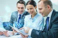 Commercieel team met tabletpc die bespreking hebben Royalty-vrije Stock Foto
