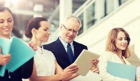 Commercieel team met tabletpc en omslagen op kantoor royalty-vrije stock afbeeldingen
