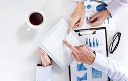 Commercieel team op de vergadering die het stootkussenpc met behulp van van de tabletaanraking Stock Foto's