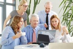 Commercieel team op het werk stock foto's