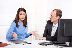 Commercieel team - problemen onder mannen en vrouw - misverstanden Stock Afbeelding