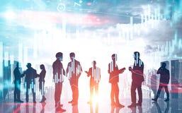 Commercieel team in stad en virtuele grafieken royalty-vrije stock afbeeldingen