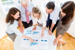 Commercieel team in strategievergadering het bespreken Stock Afbeelding