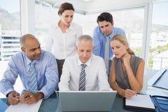 Commercieel team tijdens vergadering stock foto