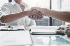 Commercieel team twee het schudden handen na een vergadering om overeenkomst te ondertekenen en partner in het bureau, contract t royalty-vrije stock afbeelding